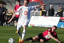 Vojtěch Štěpán z Hradce Králové (vlevo) střílí gól proti Mladé Boleslavi.