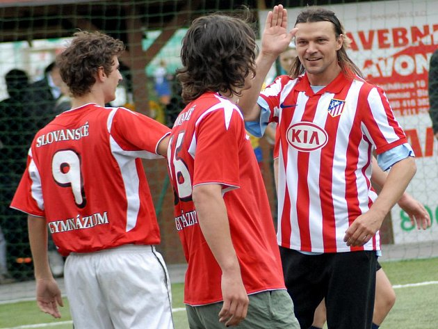 Bývalý kapitán české reprezentace Tomáš Ujfaluši v dresu Altética Madrid (vpravo) na fotbalovém turnaji v rámci projektu Fotbal pro rozvoj.