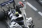 Francouzský jezdec Pierre Gasly z týmu Alpha Tauri se raduje ze svého vítězství v cíli Velké ceny Itálie v Monze.