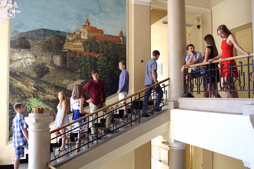 Gymnázium v Příboře - žáci na chodbě