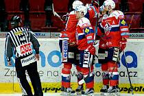 Hokejisté Pardubic se radují z gólu proti Karlovým Varům.