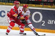 Hokejisté Slavie (v červeném) proti Třinci.