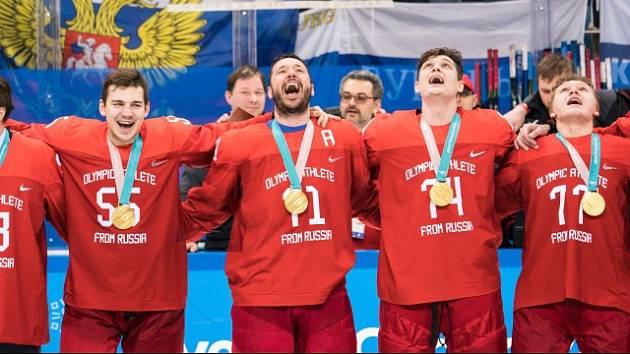 Jsou nevinní? Ruští hokejisté na loňské olympiádě vybojovali zlato i bez státních znaků na dresech. Šéf IIHF René Fasel tvrdí, že hokeje se dopingové hříchy Ruska netýkají.
