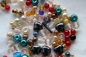 Z korálků si můžete vyrobit náramky či brože, slouží také k ozdobení šatů.