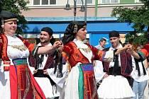 Řecký folklor a tance na krnovském náměstí.