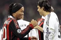 Před bitvou. Rukou si potřásli hvězdní Ronaldinho (vlevo) z AC Milán a Kaká z Realu Madrid.