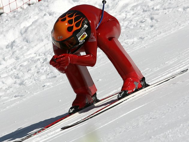 Střemhlav dolů. Ital Simone Origone je na lyžích nejrychlejším mužem planety. Dokáže jet rychleji než kdejaké auto, jeho rekord má hodnotu 251,400 km/hod.