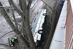 Vážná dopravní nehoda autobusu u Mělníka.