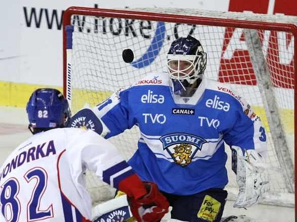 Michal Vondrka před finskou brankou.