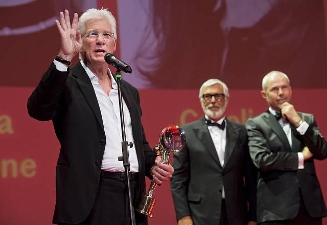 Americký herec Richard Gere (vlevo) převzal 3. července 2015 Křišťálový globus za mimořádný umělecký přínos světové kinematografii. Předal mu ho prezident přehlídky Jiří Bartoška (uprostřed). Na snímku vpravo je moderátor Marek Eben.