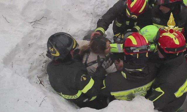 Ze zavaleného hotelu v Itálii vytáhli další čtyři živé lidi.
