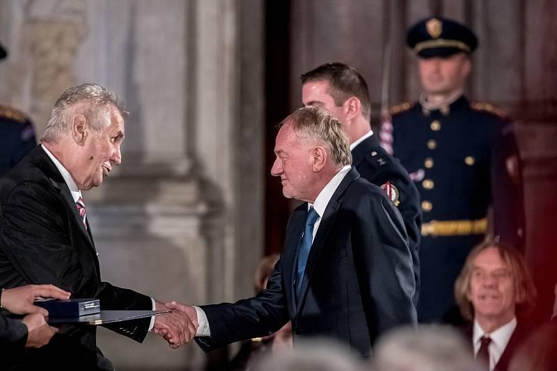 Prezident Miloš Zeman na státní svátek 28. října předával státní vyznamenání ve Vladislavském sále Pražského hradu. Sobota