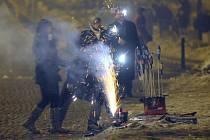 Zapalování pyrotechniky na oslavy příchodu nového roku. Ilustrační foto.