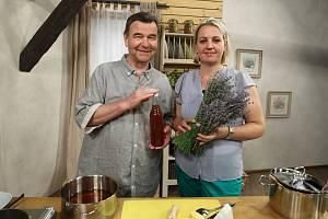 Jak si vyrobit domácí levandulový sirup poradila Václavu Postráneckému v Receptáři prima nápadů paní Blanka Vaňková