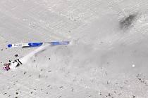 Český skokan na lyžích Filip Sakala při pádu v kvalifikaci na SP v Ruce