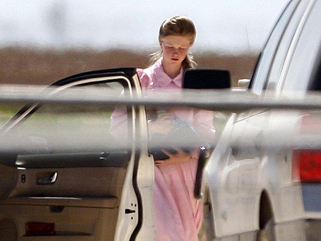Jedna z dívek, které texaské úřady odvezly ze sídla mormonské sekty.