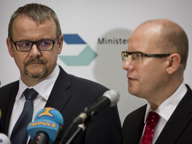 Premiér Bohuslav Sobotka a ministr dopravy Dan Ťok.