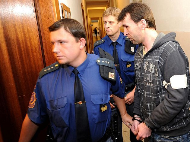 K patnácti rokům vězení byl ve čtvrtek odsouzen devětadvacetiletý Štefan Václavek z Ostravy, který v únoru letošního roku zabil jedenaosmdesátiletého důchodce ze Slezské Ostravy. Mrtvolu se poté s dalšími lidmi pokusil rozpustit chemikáliemi.