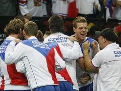 Český daviscupový tým se raduje z vítězství ve finále Davis Cupu proti Španělsku.