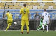 Ukrajina – Slovensko. Andrij Jarmolenko proměňuje penaltu, Dúbravka nicméně směr střely vystihl.