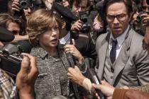 MEZI NOVINÁŘI. Michelle Williamsová a Mark Wahlberg jako Gail a agent Chase.
