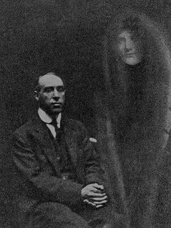 """Harry Price s """"duchem"""" přítelkyně na snímku Williama Hopea"""