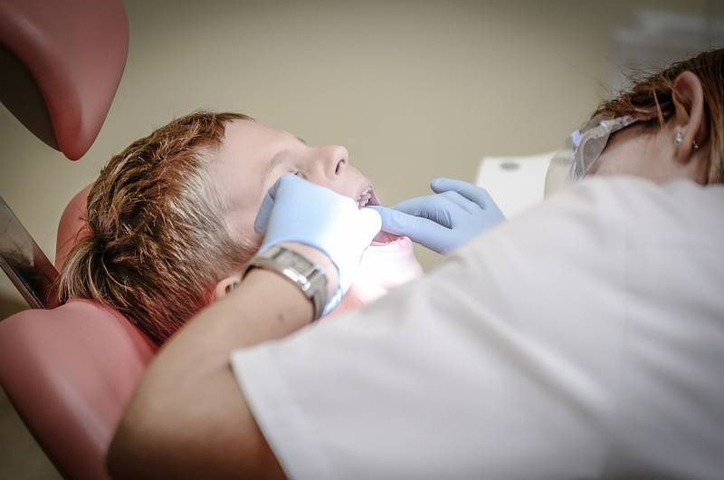 Lidé se zubaře často bojí. Lukáš Kaloš se jejich obavy snaží rozptýlit už při první návštěvě.