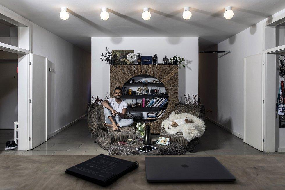 V bytě tanečníka Yemiho se snoubí přírodní materiály s moderní technologií. Pohled z jídelny do čtecího koutku.