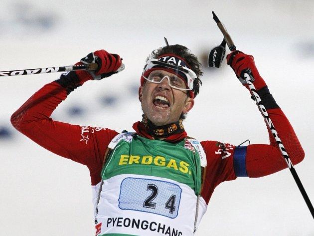 Ole Einara Björndalena se raduje ze svého čtvrtého zlata na MS v Pchojngčchangu.