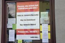 Ve výloze obchodu naproti tršické základní školy jsou vylepeny plakáty s výzvou k odchodu ředitele a pedagogů školy. Aby ředitel Jaromír Vachutka skončil, se v petici vyslovila tisícovka obyvatel Tršic a okolí.