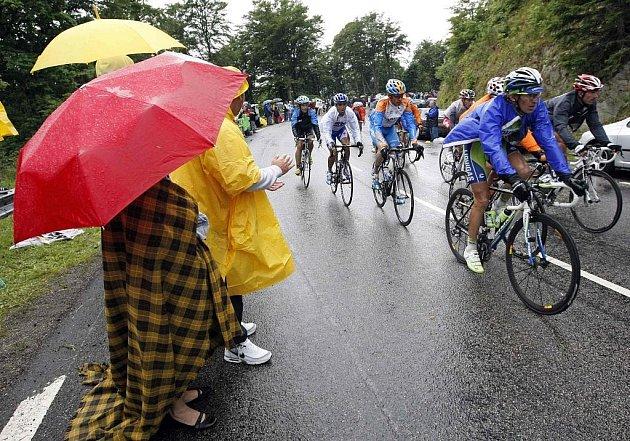 Pláštěnky byly během třinácté etapy slavné Tour de France nutností.