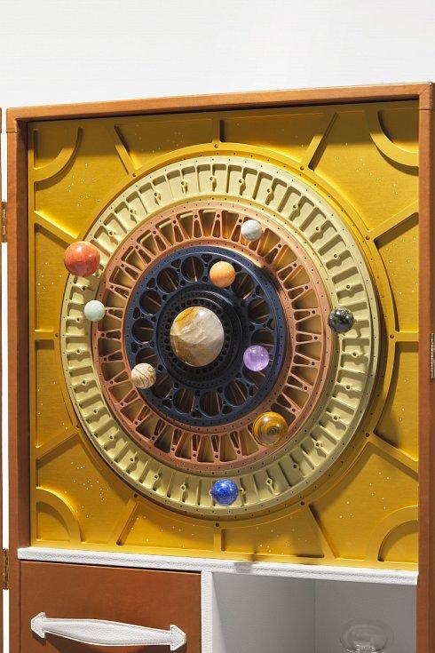 Kufřík, ve kterém získá kupec vesmírnou lahev vína Pétrus 2000 je rovněž inspirovaný vesmírem. Kufřík je vyrobený ručně, za použití nejvzácnějších materiálů. Za sluneční soustavou se ukrývají dvě lahve vína, jedna vesmírná a jedna, která do kosmu neletěla