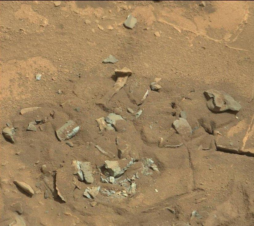 Fotografie pořízená v srpnu 2014 robotickým vozítkem Curiosity ukazuje podivný útvar, vyhlížející jako lidská kost. Znamená to, že nám NASA něco tají?
