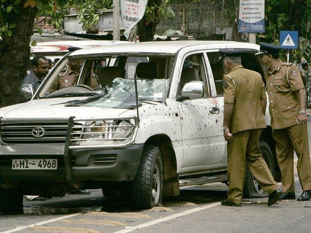 Auto srílanského ministra národní integrace se stalo terčem dalšího atentátního útoku, za kterým stojí z největší pravděpodobností teroristická opoziční organizace Tamilští tygři.