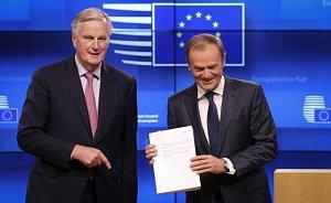 Michel Barnier předal předsedovi Evropské rady Donaldu Tusku návrh dohody o odchodu Británie z EU.