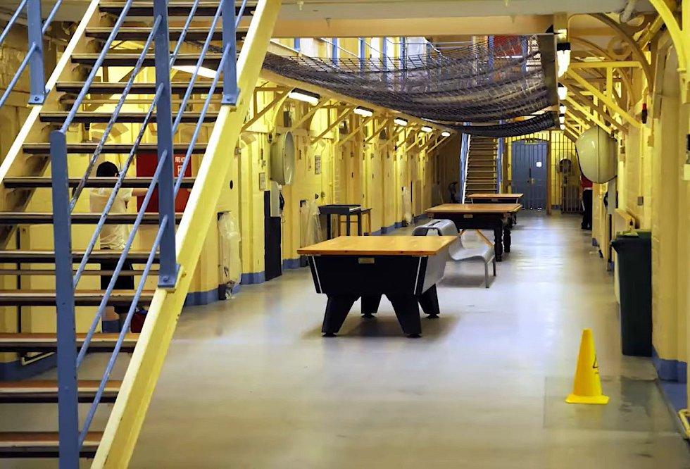 Vězeňská chodba v dobách, kdy bylo vězení ještě v provozu