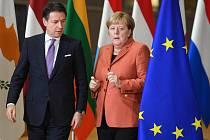 Šéf italské vlády Giuseppe Conte a německá kancléřka Angela Merkelová.