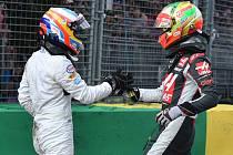 Fernando Alonso (vlevo) vyvázl z hrozivé nehody po kolizi s Estebanem Gutiérrezem (vpravo) v Austrálii naštěstí nezraněn.