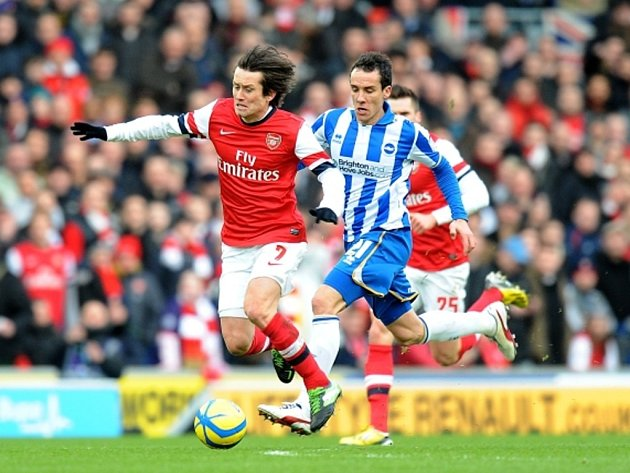 Opora Arsenalu Tomáš Rosický (vlevo) se snaží prosadit proti Brightonu.
