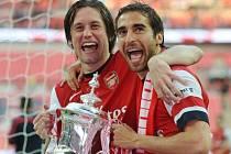 První trofej s Arsenalem. Tomáš Rosický (vlevo) si užívá oslavy po triumfu v FA Cupu.