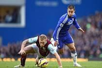 Eden Hazard z Chelsea (vpravo) proti Burnley.