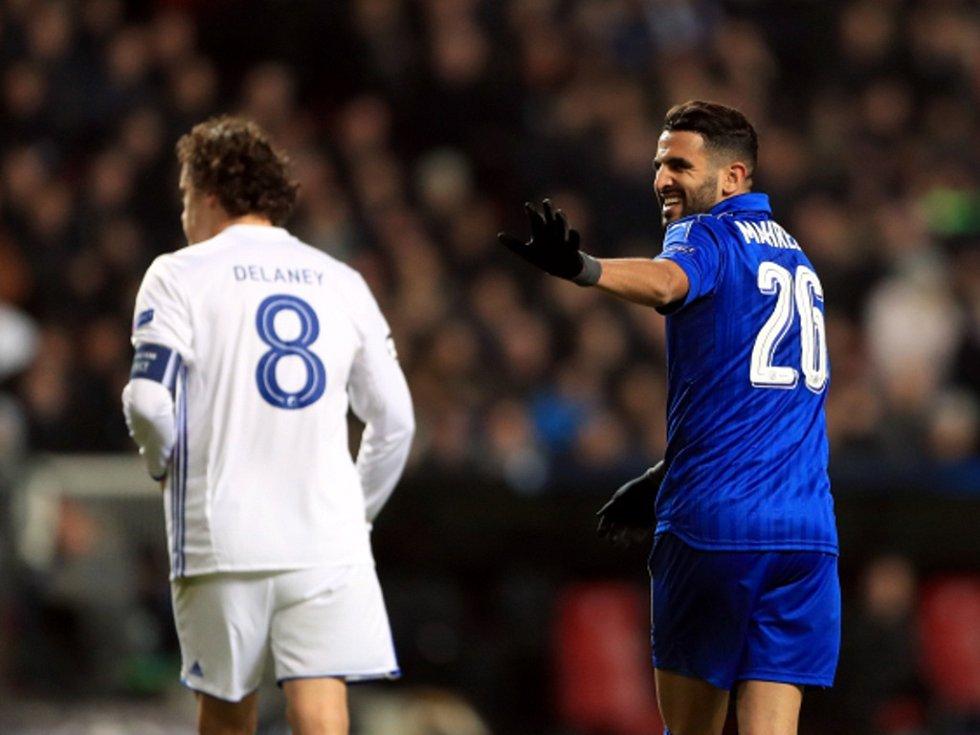 Rijád Mahríz z Leicesteru (vpravo) proti Kodani.