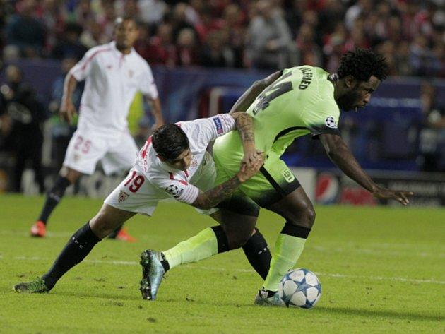 Bony Wilfried z Manchesteru City (vpravo) proti Seville.