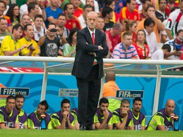 Trenér Vicente del Bosque už ví, že se Španěly titul mistrů světa neobhájí.