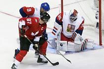 Brankář Michal Neuvirth kryje střelu Sidneyho Crosbyho z Kanady (uprostřed).
