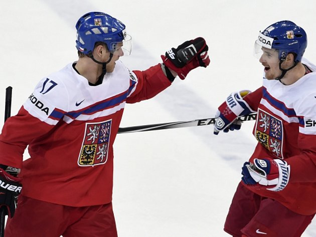 Vladimír Sobotka (vlevo) a Roman Červenka se radují z gólu.