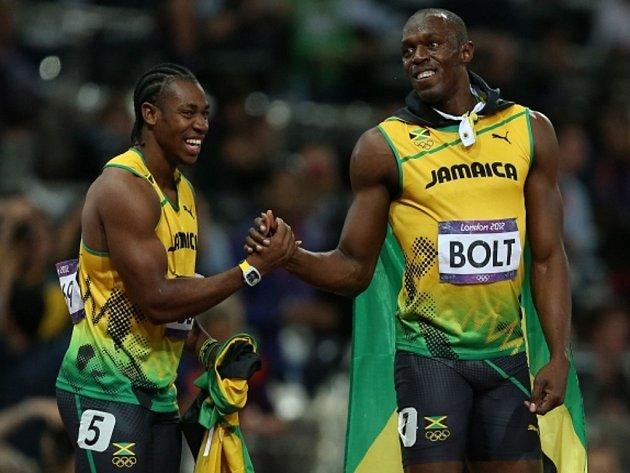 Usain Bolt (vpravo) se raduje ze zlaté medaile se stříbrným Yohanem Blakem.