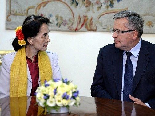 Do Aun Schan Su Ťij a polský prezident Bronislaw Komorowski