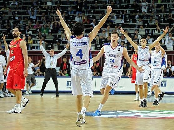 Španělští basketbalisté titul mistrů světa neobhájí. Ve čtvrtfinále šampionátu v Turecku ve středu podlehli 89:92 Srbsku. Na snímku se radují po utkání Srbové.