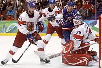 Čeští hokejisté (v bílém) vstoupili do olympijského turnaje ve Vancouveru výhrou 3:1 nad Slovenskem.
